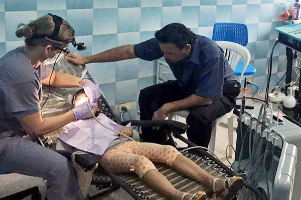 AG Neovo Healthcare PDE-181 可攜式行動牙科診療設備支援簡易安裝和收納